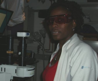 Marie using the Raman Microscope